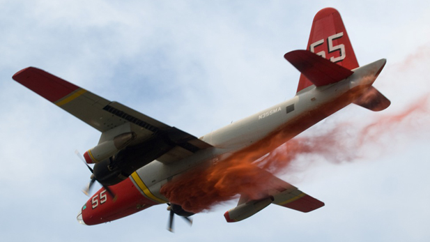 An aerial tanker over ther Gladiator Fire in northern Arizona begins dropping its fire retardant.