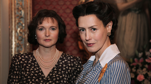 Wallis Simpson (Gina McKee) and Queen Elizabeth (Emma Davies)