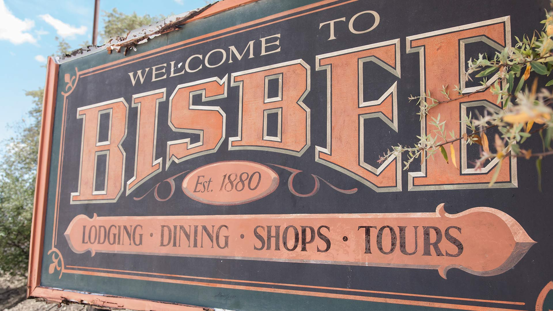 A sign welcoming visitors to Bisbee, Arizona.