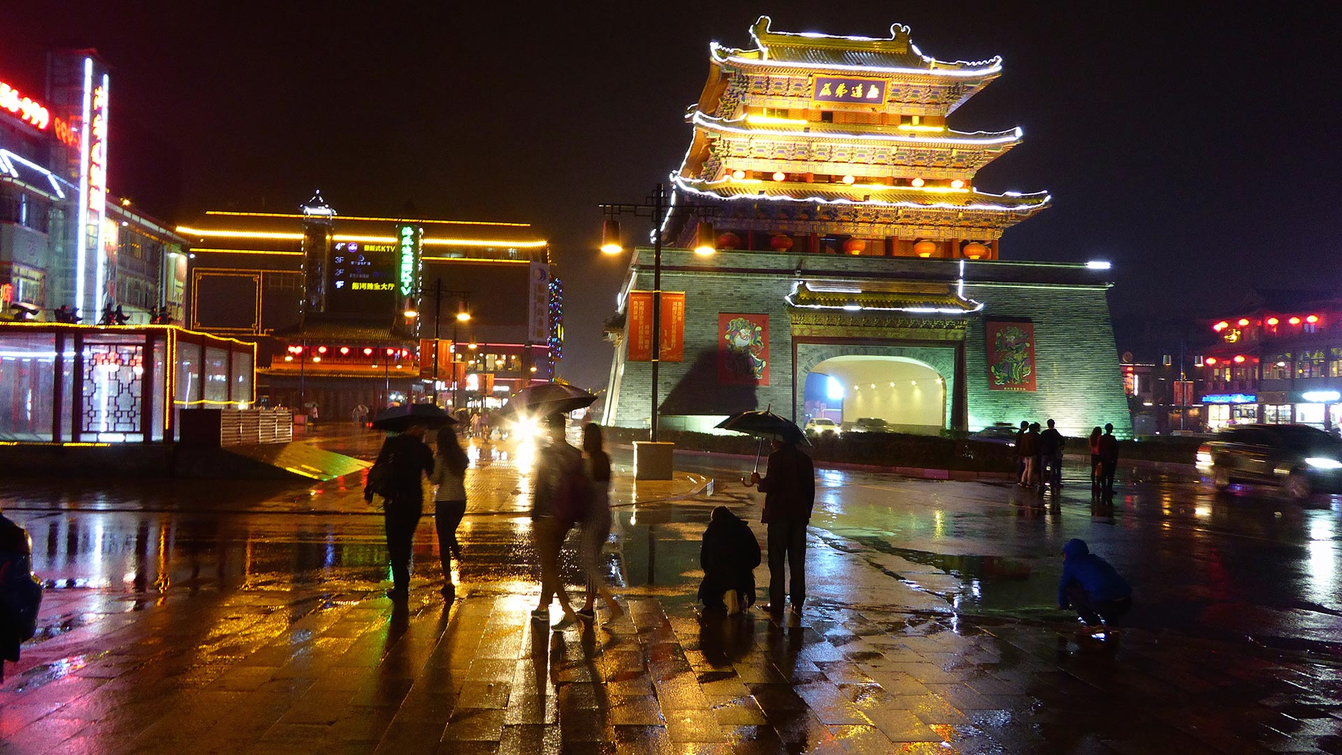 Night time near the Drum Tower in Kaifeng