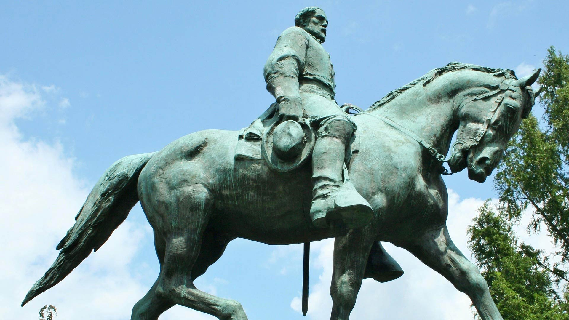A statue of Robert E. Lee.