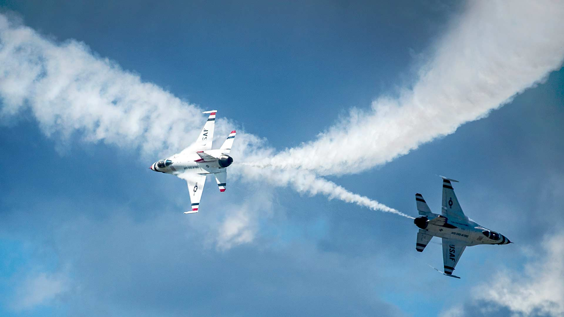 USAF Thunderbirds perform a maneuver during a practice show in Montana, 2014.