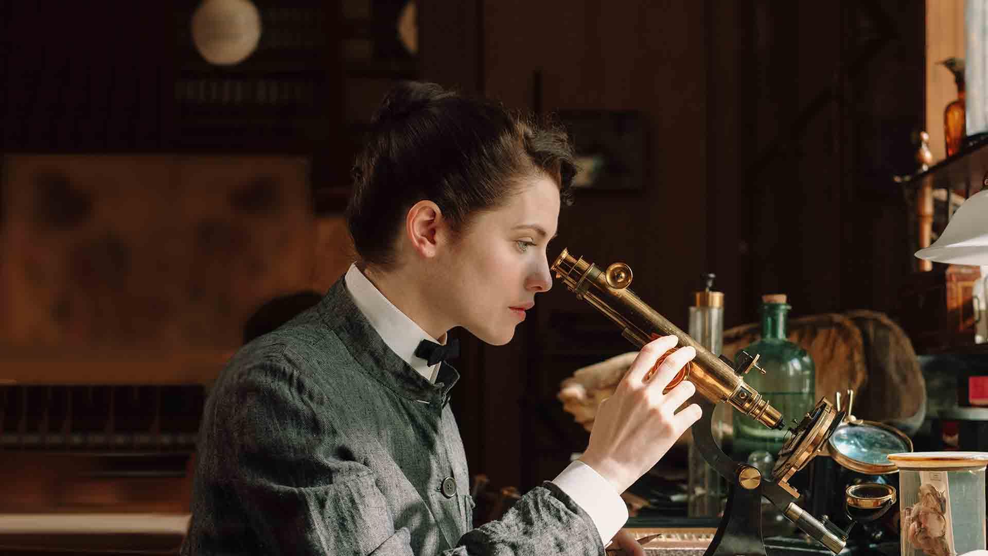 Amelia Lydgate works in her laboratory.[Actor–Jessica De Gouw]
