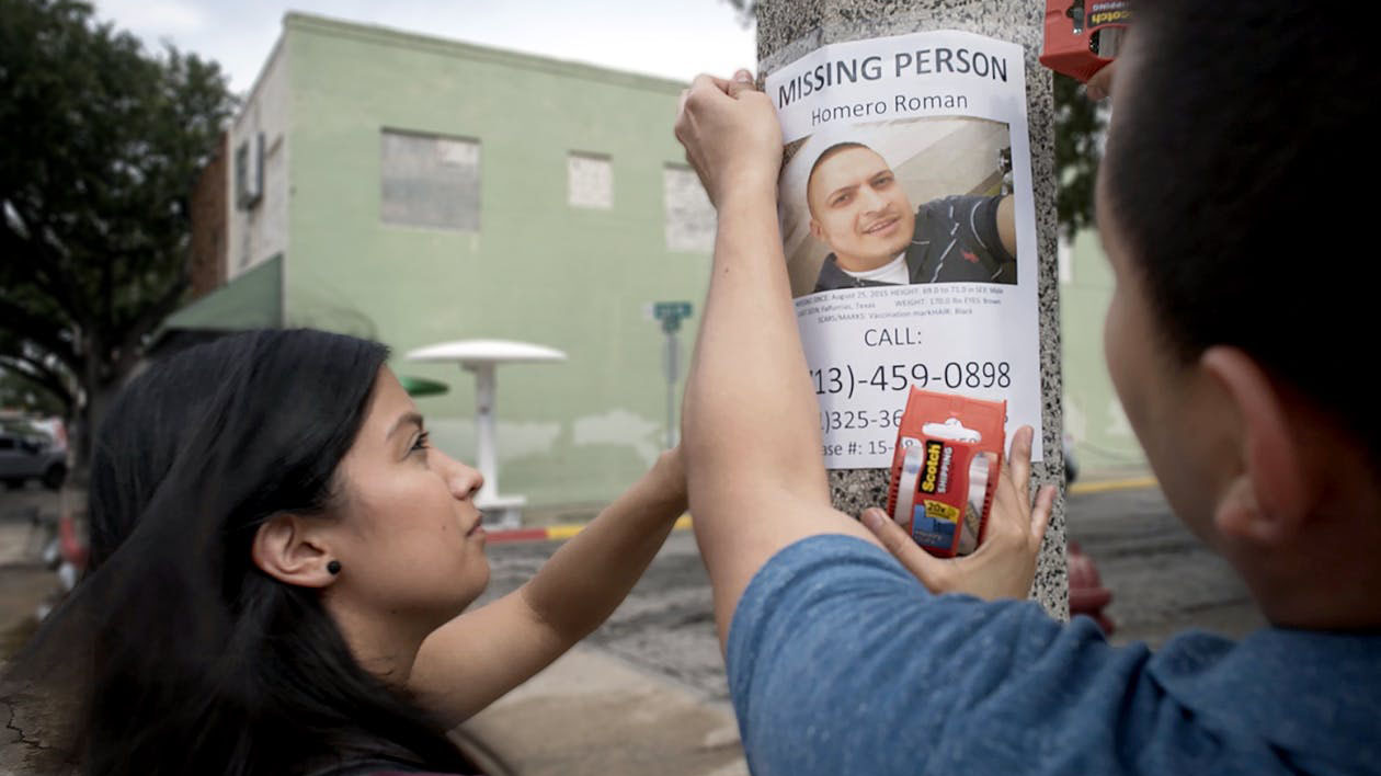 The search for lost loved ones is continuous in and around Brooks County, Texas. Omar Roman-Gonzalez and Michelle Chinos put up flyers in the search for Omar's brother Homero Roman, who had already been missing for two years when the film begins.