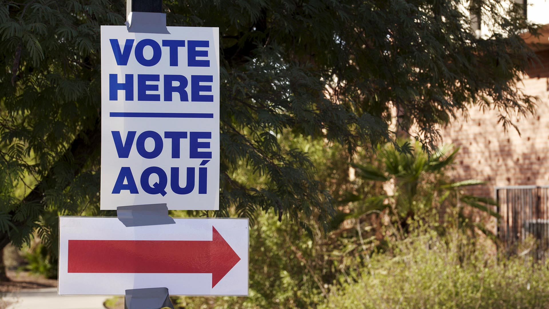 A sign directs voters to a polling site set up at Temple Emanu-El in Tucson on Nov. 3, 2020.